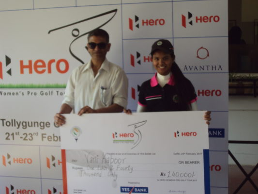 Vani with the winning cheque